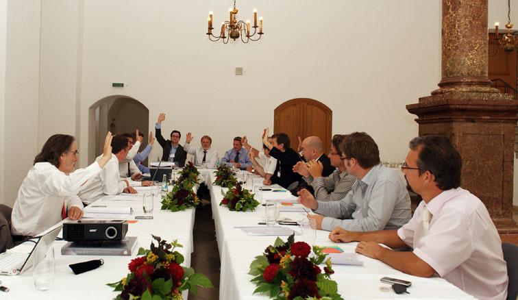 Dr. Nikolai A. Behr, Manfred Hasenbeck und Jürgen Wagishauser bei der Abstimmung zur Satzung