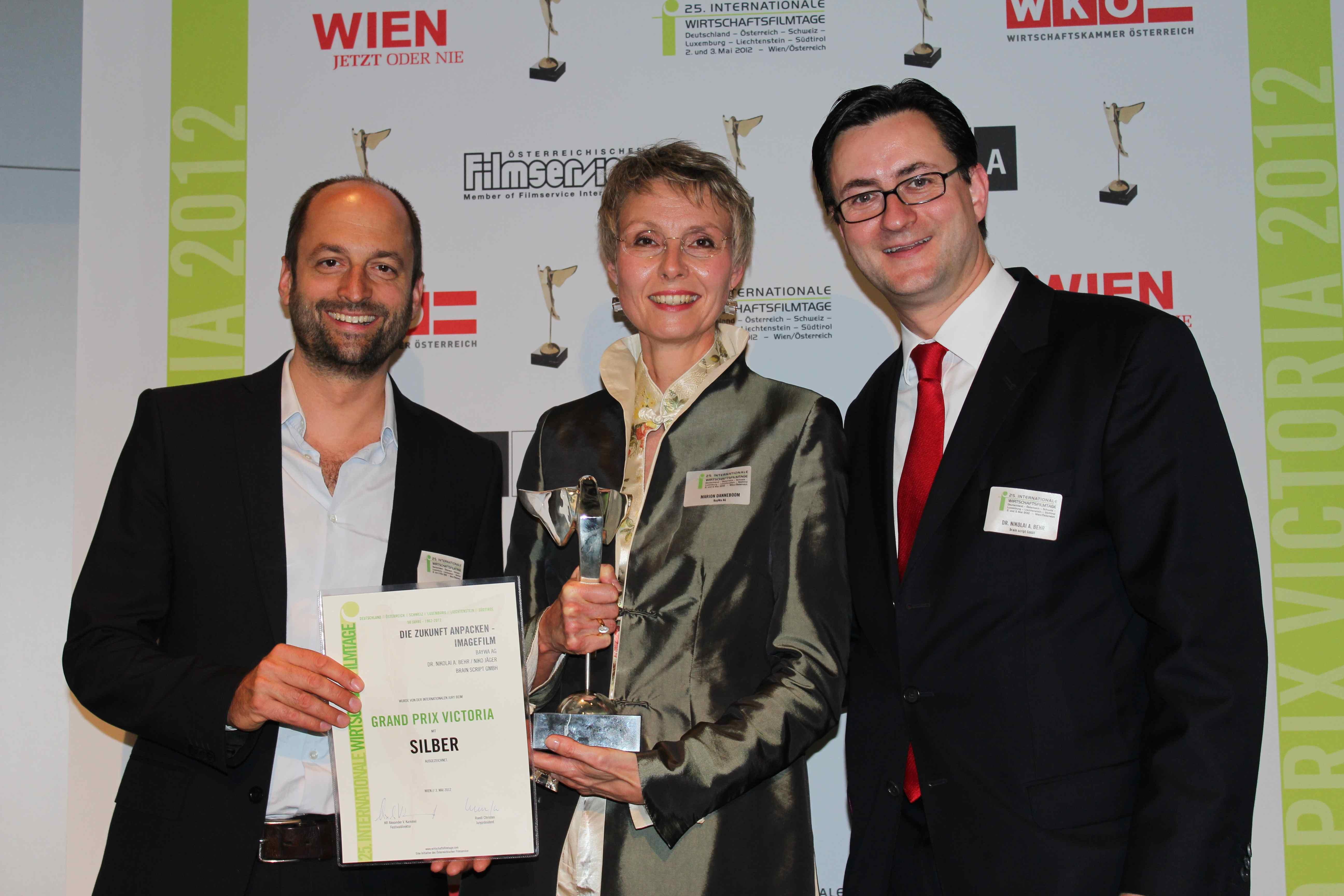 Silberne Victoria für BayWA AG Imagefilm: Regisseur Niko Jäger, BayWa PR-Chefin Marion Danneboom, Produzent Nikolai A. Behr in Wien
