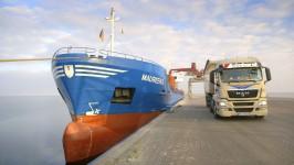 Foto_131004_01_ag_Hafen-Vierow-Schiff-Bohnhorst_LKW_generated_inet_low