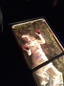 """Die """"lebende"""" Leiche im gläsernen Sarg. Live Horror im Show Labyrinth."""